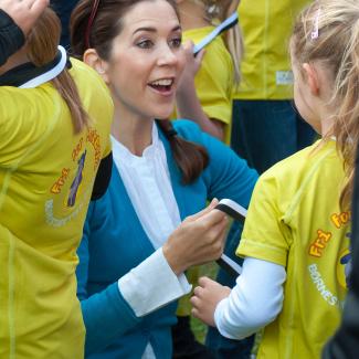 KronprinsesseMary deler medaljer ud