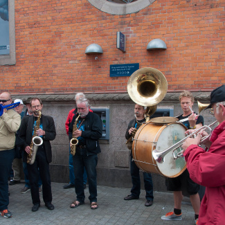 Street parade v/ Orion Brass Band